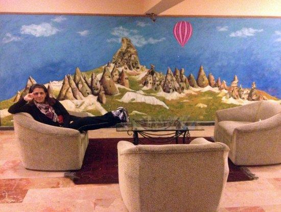 Dinler Hotels – Urgup: Paisajes en las paredes de cada piso con cómodos sillones