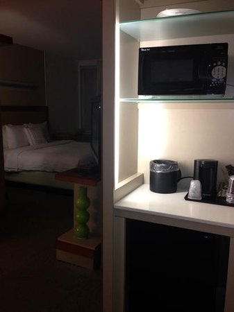 SpringHill Suites Ashburn Dulles North: microwave and refrigerator