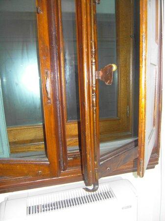 Hotel Axial: A janela e o trinco