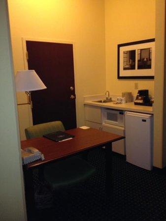 SpringHill Suites Atlanta Kennesaw: Springhill Suites in Kennesaw Desk/Kitchen Area
