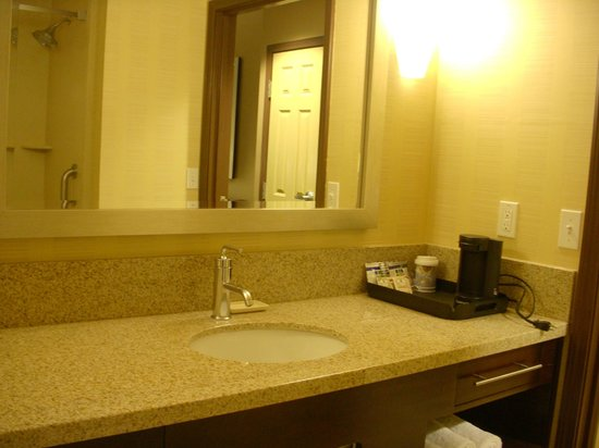 Holiday Inn Express & Suites Salinas: Bathroom.