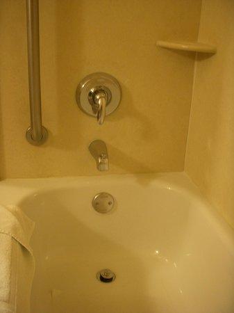 Holiday Inn Express & Suites Salinas: Banheiro.