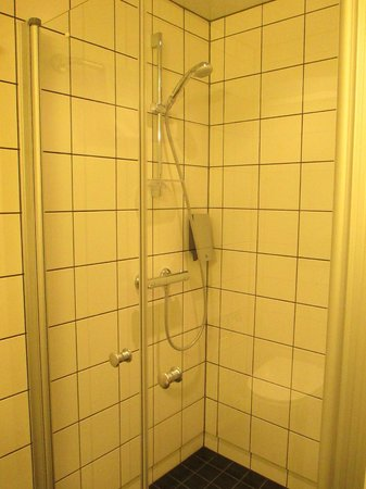 Thon Hotel Kirkenes: shower with FABULOUS shower head!
