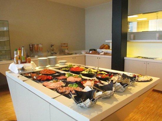 Thon Hotel Kirkenes: Breakfast spread