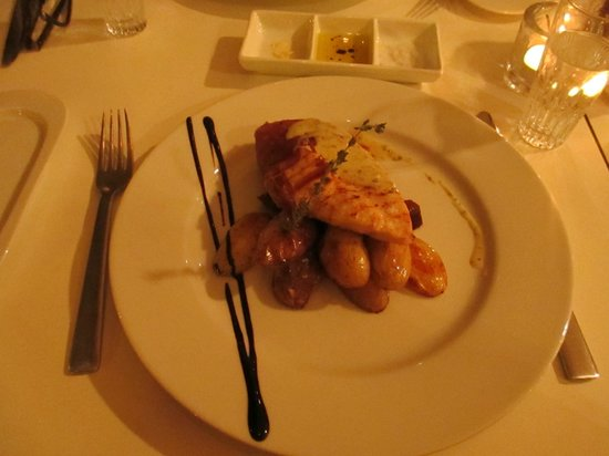 Thon Hotel Kirkenes: Chicken wrapped in ham with potatoes - dinner - YUMMY