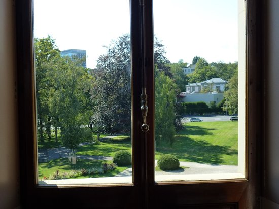 Musee Ariana: Jardins do museu através da janela