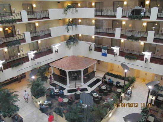 Embassy Suites by Hilton Fort Myers - Estero : Center atrium / bar/ food area