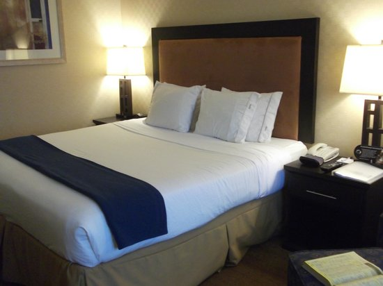 Holiday Inn Express Hotel & Suites Riverport: King-size bed