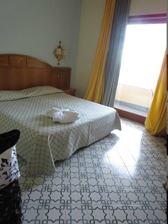 Grand Hotel Vesuvio: Tiled floor in bedroom and sliding door to balcony