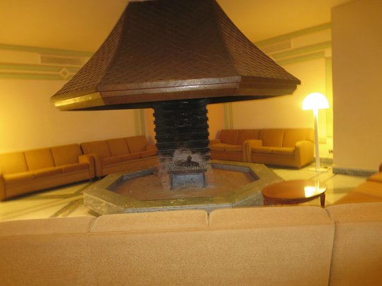 Grand Hotel Vesuvio : Fireplace pit in lobby