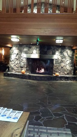 Skamania Lodge: Fireplace in front lobby