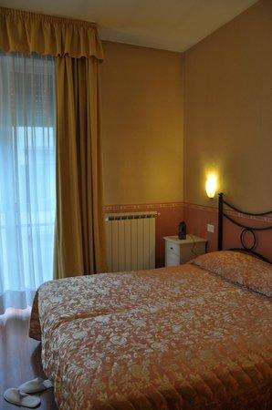Hotel Cantoria: Room facingthe street.