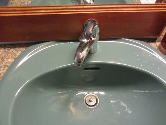 Bougainvillier Hotel: Loose faucet with no hot water