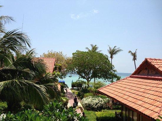 P.P. Erawan Palms Resort: Vista do corredor que dá acesso aos quartos