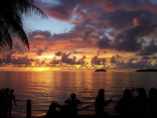 Sunset Bar at Shangri-La's Tanjung Aru Resort and Spa: Sunset view
