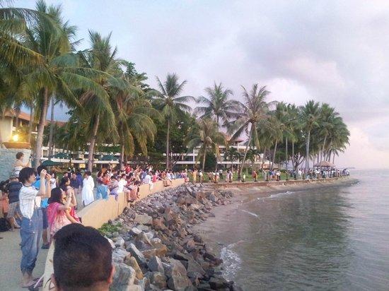 Sunset Bar at Shangri-La's Tanjung Aru Resort and Spa: People watching sunset