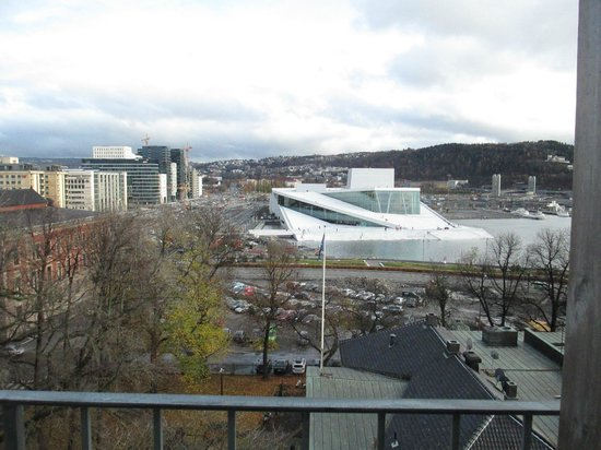 Comfort Hotel Boersparken: view of Oslo Operahouse from upper patio