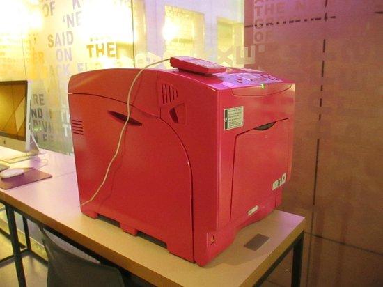 Comfort Hotel Boersparken: Hot pink fax machine