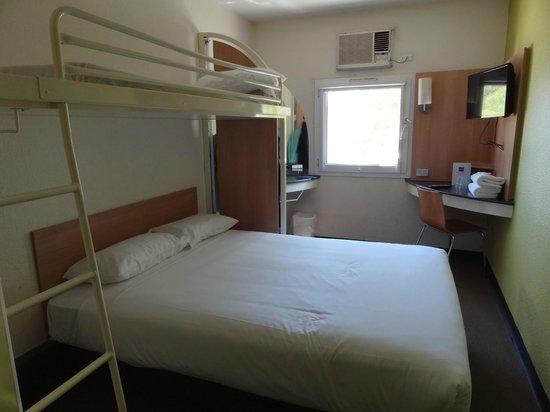 Ibis Budget St Peters: Queen bed with overhead bunk