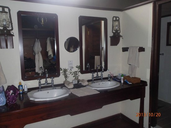 "Belmond Khwai River Lodge: Civilised bathroom in ""tent"""