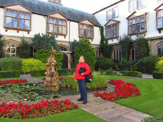 Coombe Abbey Hotel: Jardín entrada