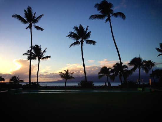 The Mauian Hotel on Napili Beach : View of the beach at sunset