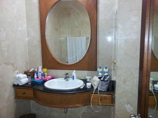 Puri Santrian: Bathroom