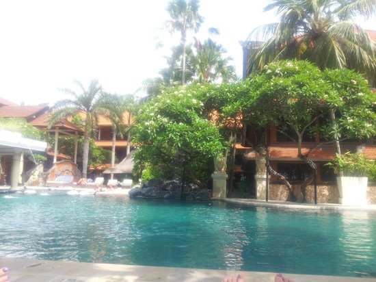 Puri Santrian: Pool area