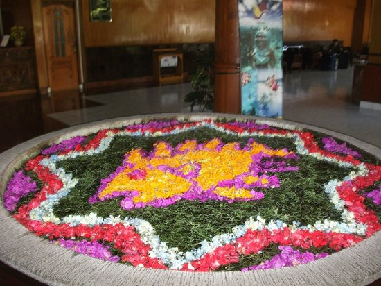 Grand Istana Rama Hotel Bali : this flower petal is changed every day and done by hand . it is in the lobby
