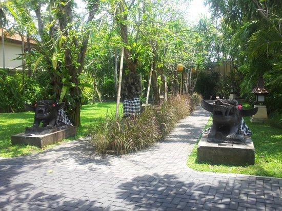 Puri Santrian : beautiful grounds