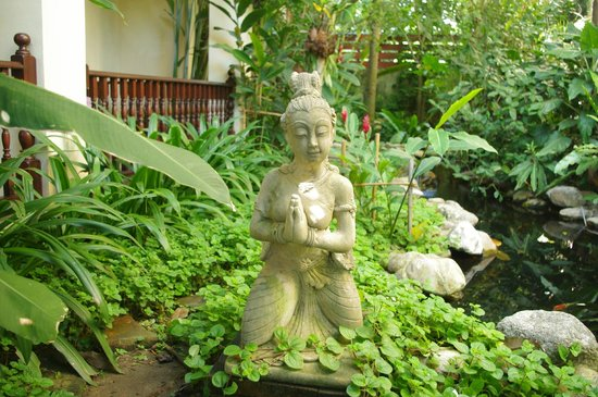 Shewe Wana Boutique Resort and Spa : The figure of Buddha in the forest.