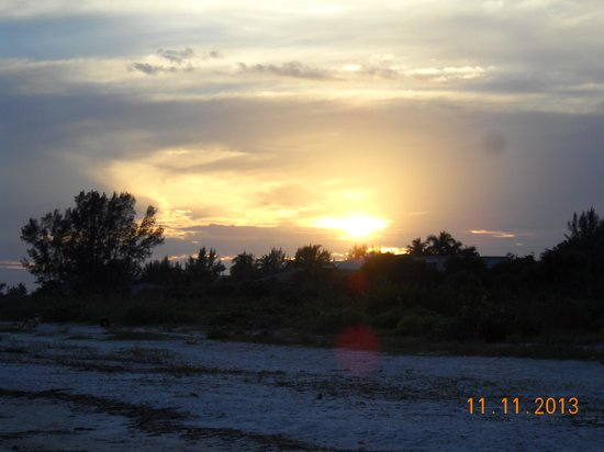 Seahorse Cottages: Sunset on Sanibel