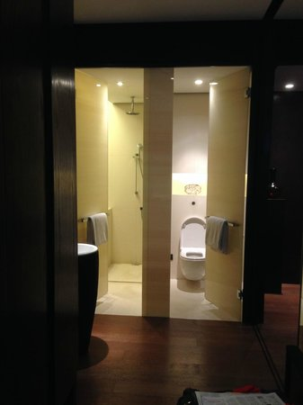 The PuLi Hotel and Spa: Separate Toilet and Shower