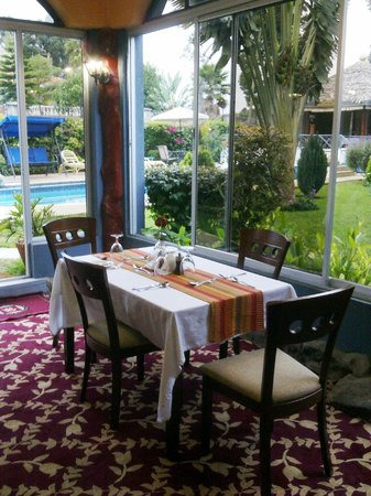 Cold Springs Karen Boutique Hotel: Dining Area with Greenery and Swimming Pool View
