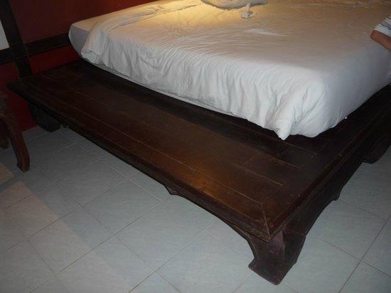 Chanalai Flora Resort: Основание кровати больше матраца