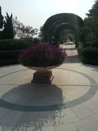Hong Kong Gold Coast Hotel: Formal garden
