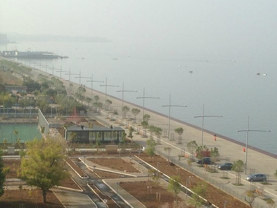 Makedonia Palace: The paedestrian coastal road, in front of the hotel