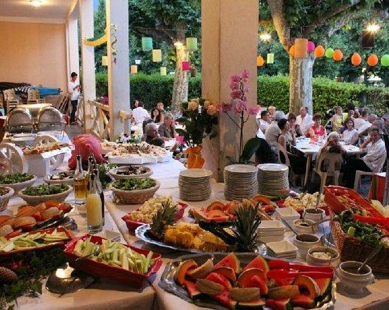 Le Pavillon des Fleurs: Buffet de fête