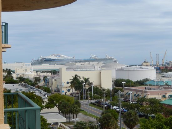 Embassy Suites by Hilton Fort Lauderdale 17th Street: View from our Bedroom of the Ship we departed earlier