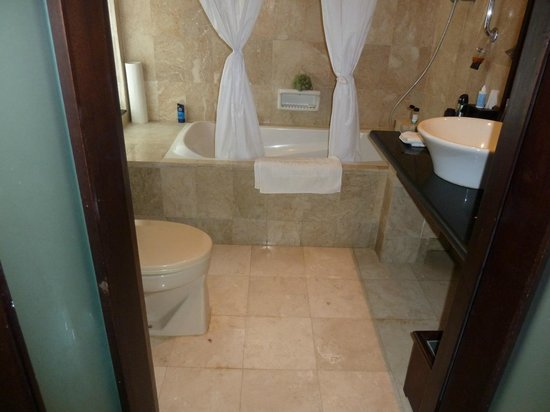 Legian Beach Hotel: Cramped bathroom