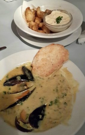 The Rod and Reel Restaurant and Pub: Mussels in creamy curry sauce (front) and Fried Calamari with Tartare Sauce