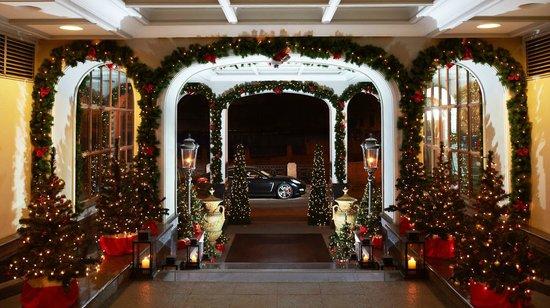 Kempinski Hotel Moika 22: Entrance in Christmas decor