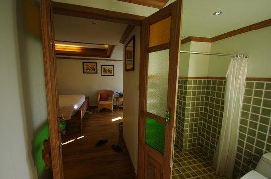 Rich Lanna House: Enormous shower