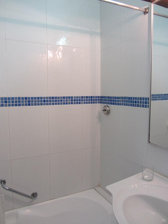 Residence Hotel: bathroom, clean and the shower has good water flow