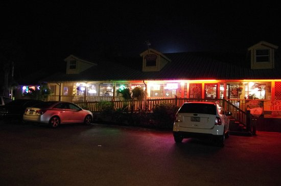 The Oyster House Restaurant: Notturna dal parcheggio