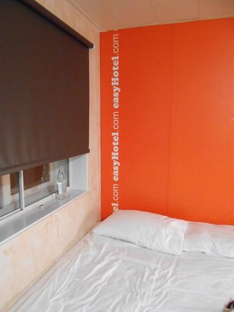 easyHotel Luton: bed