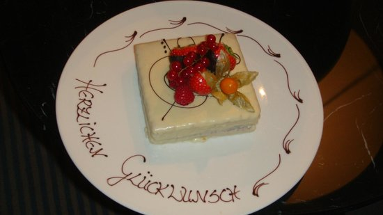Hotel Taschenbergpalais Kempinski: Complimentary anniversary tart. The taste was excellent also