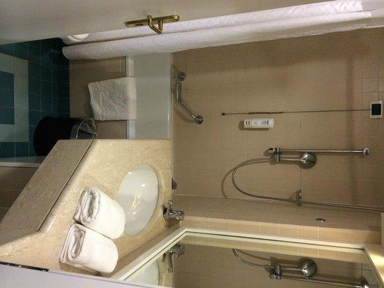 Holiday Inn Naples: Bathroom