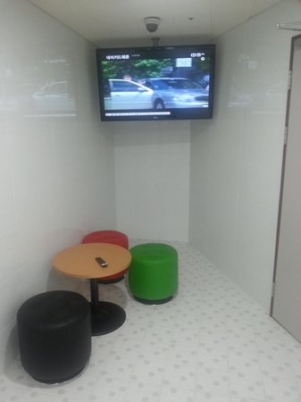 ibis Ambassador Busan City Centre: Laundry with a TV to keep you entertained!