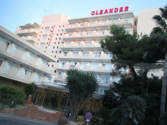 Hotel Oleander: Vue de l'hôtel en retour de plage
